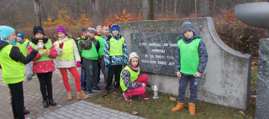 Uczniowie przy pomniku pod Nawrą