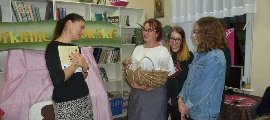 Pani Ałbena otrzymała koszyk z darami natury