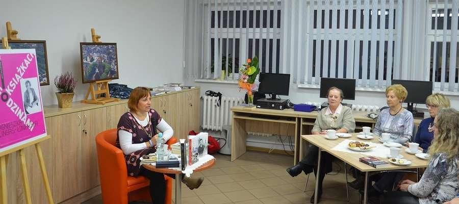 Agnieszka Lingas-Łoniewska podczas spotkania w Miejskiej Bibliotece Publicznej w Nowym Mieście Lubawskim.