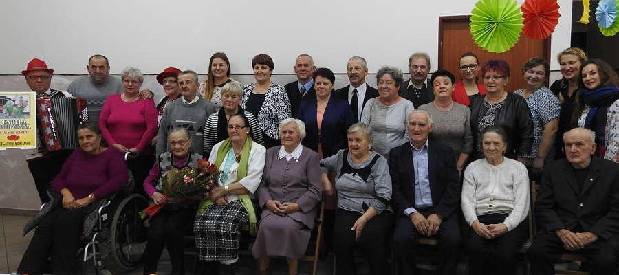 Wspólna fotografia uczestników Dnia Seniora w Radomnie