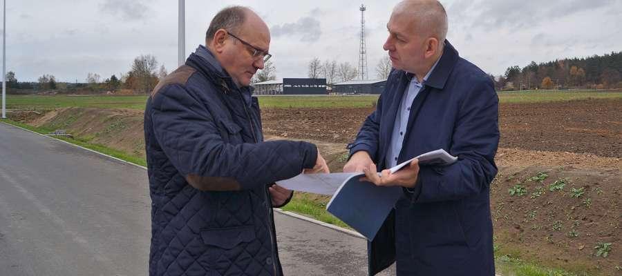 Wójt Paweł Cieśliński i burmistrz Grzegorz Mrowiński rozmawiają o budowie drugiego odcinka ulicy Przemysłowej