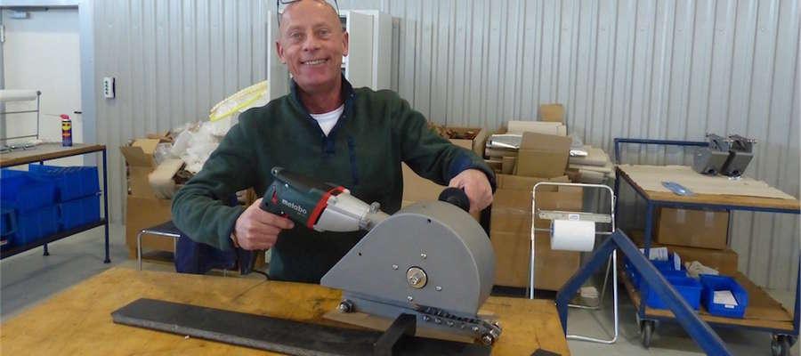 Prezes  ICE-Trade Production Willem Pouwels prezentuje elektryczne urządzenie do cięcia taśm