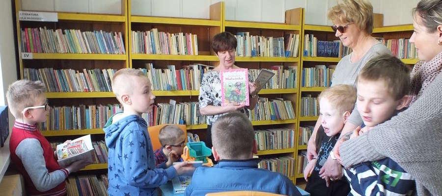 Stefania Dziedzic (w centralnym punkcie zdjęcia) w kisielickiej bibliotece