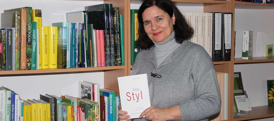 Jolanta Piotrowska w bibliotece Fundacji Ochrony Wielkich Jezior Mazurskich
