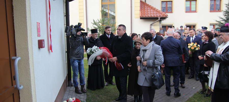 W trakcie uroczystości matka i rodzeństwo biskupa Płoskiego odsłonili poświęconą mu pamiątkową tablicę