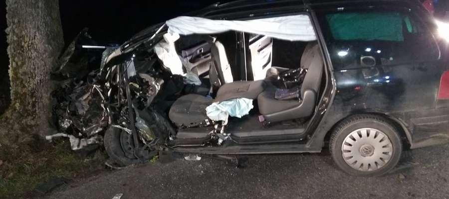 Volkswagen Sharan z niewyjaśnionych przyczyn zjechał na przeciwny pas jezdni, a nastepnie uderzył w drzewo.