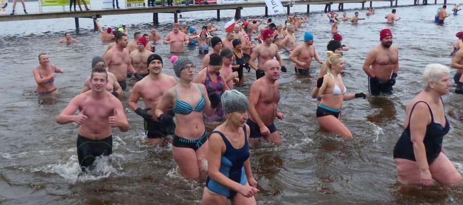 11. listopada to bardzo dobry termin na kąpiel w Jezioraku, widać to po zadowolonych minach morsów