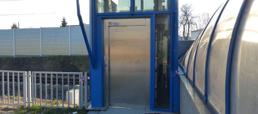 W windzie podziemnego przejścia pod torowiskiem kolejowym w centrum Iławy zostały uwięzione dwie osoby