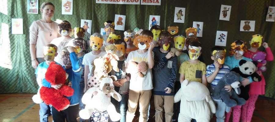 Dzieci przyniosły do szkoły misie i wykonały maski