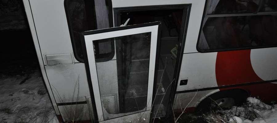 Na trasie Barciany - Mołtajny kierowca autobusu, wiązący 18 pasażerów, wpadł w poślizg i wpadł do rowu