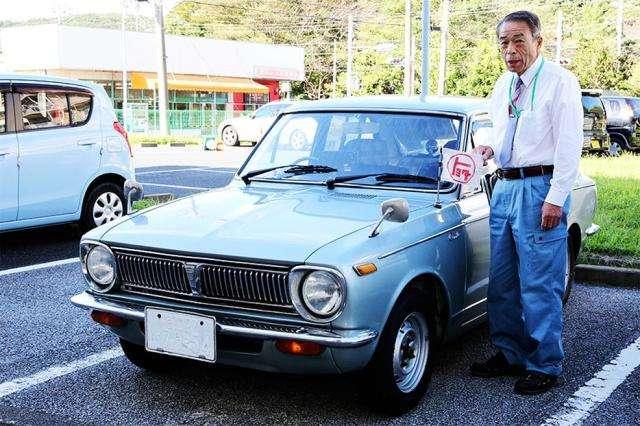 Pan Shougo i jego toyota corolla - full image