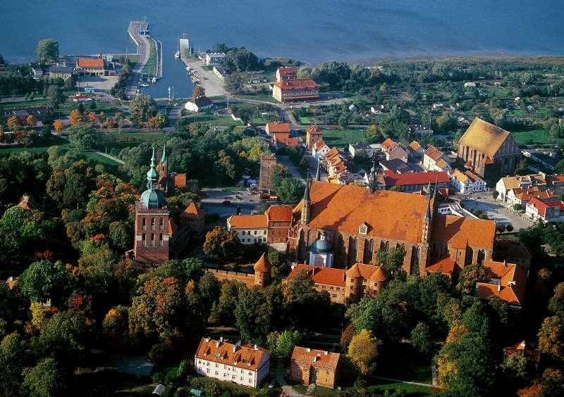 Frombork z lotu ptaka. Na pierwszym planie Wzgórze Katedralne z obiektami Muzeum Mikołaja Kopernika - full image