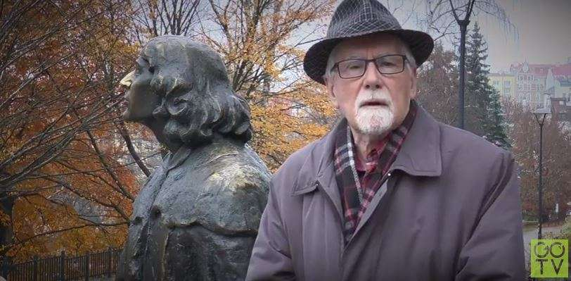 Dr Jerzy Sikorski to najwybitniejszy w Polsce znawca życia i dzieła Mikołaja Kopernika. Na zdjęciu - przy pomniku astronoma w pobliżu zamku w Olsztynie - full image
