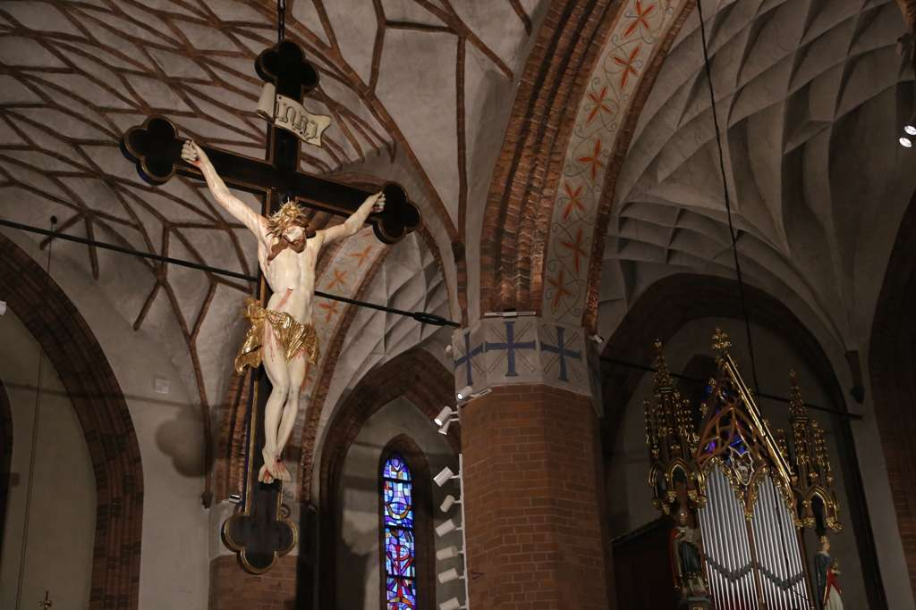 Olsztyn: zabytkowy krzyż w katedrze odzyskał oryginalne kolory - full image