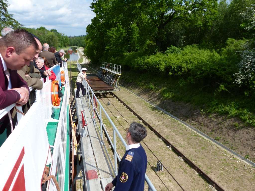 Statek Żeglugi Ostródzko-Elbląskiej na jednej z pięciu pochylni na szlaku Kanału Elbląskiego - full image