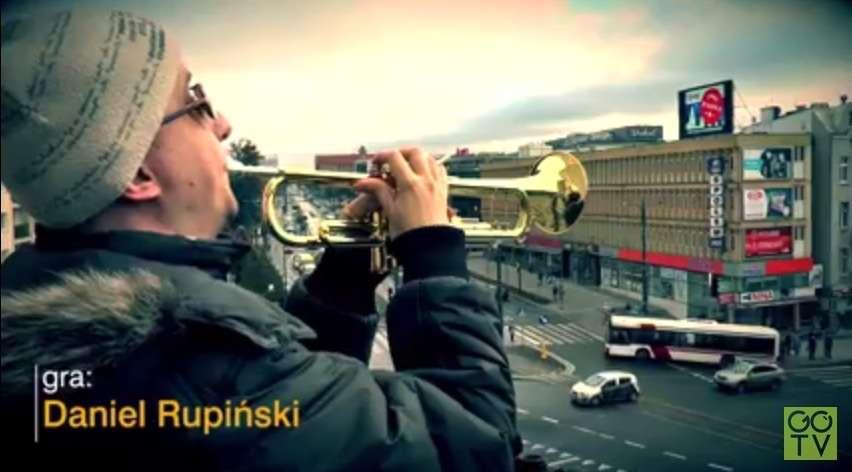 """Daniel Rupiński, niewidomy muzyk z Olszyna, gra hymn """"O Warmio moja miła"""" na wieży ratuszowej w Olsztynie. To obecnie oficjalny hymn Olsztyna - full image"""