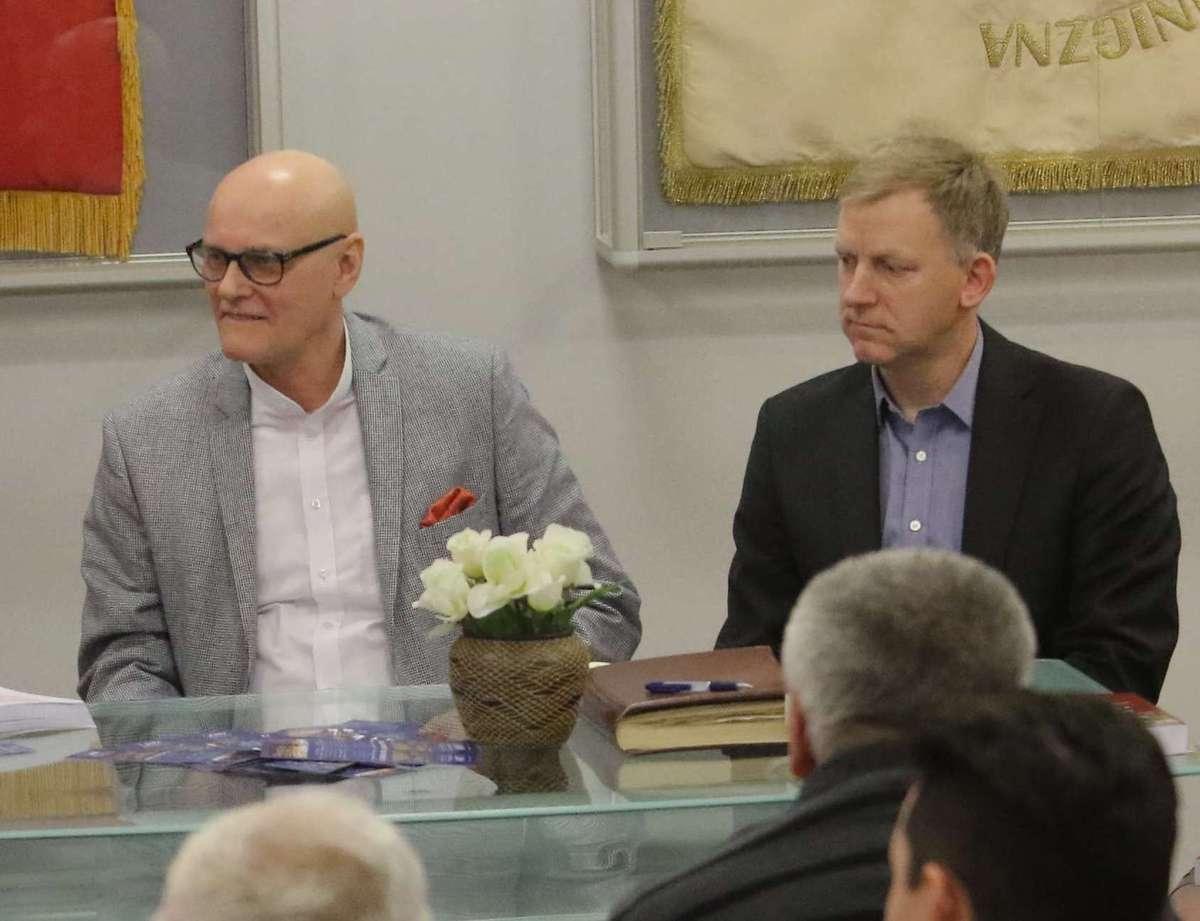 Marek Siwicki (z lewej) i Grzegorz Dubielski podczas spotkania autorskiego na Uniwersytecie Warmińsko-Mazurskim w Olsztynie - full image