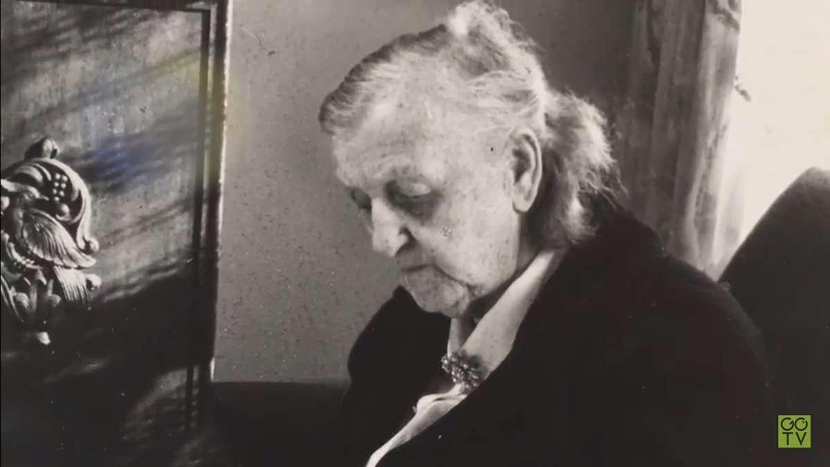 Maria Zientara-Malewska w swoim mieszkaniu w Olsztynie - full image
