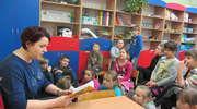 Przyszli do szkoły by czytać dzieciom baśń Andersena