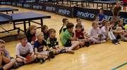Pingpongowe mikołajki w Morlinach Ostróda, dzieci spotkały się przy stołach