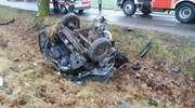 Samochód rozpadł się na części! 23-latek w ciężkim stanie trafił do szpitala