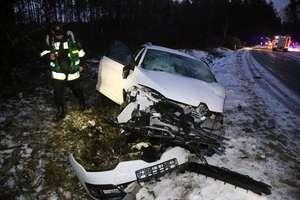 Wypadek pod Olsztynem. Na łuku drogi zderzył się z ciężarówką