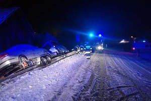 Wypadł z drogi krajowej nr 57 pokrytej śniegiem