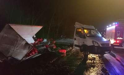 Wypadek na trasie Pisz-Jeże. Samochód z mięsem wpadł do rowu