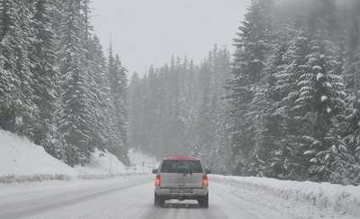 Trudne warunki na drogach. Kierowca rajdowy radzi: warto się doszkolić z zachowania na drodze