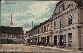 Ten budynek, czyli dawny hotel Kaiserhof, kupił Willy Artswanger po śmierci jego właścicielki i tu także urządził drogerię.
