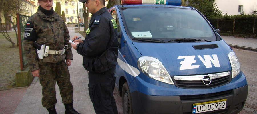 Policjanci i żołnierze patrolują ulice miasta