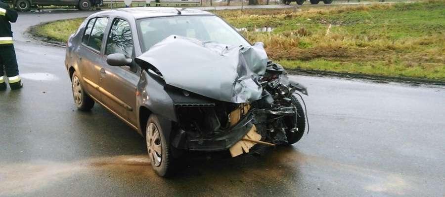 Ciężarówka zderzyła się z samochodem osobowym. Kierowca w szpitalu