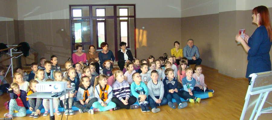 Uczniowie z zaciekawieniem słuchali autorów książki.