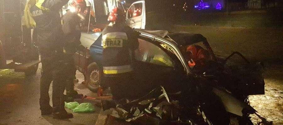 Wypadek w Lasecznie: obaj kierowcy po  czołowym zderzeniu byli zakleszczeni w swoich samochodach