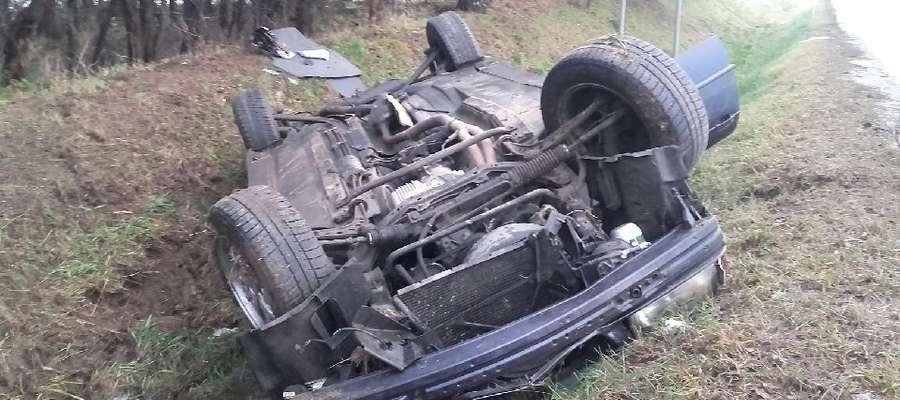 Dachowanie, auta w rowie i zderzenie z drzewem. 10 osób w szpitalu po porannych wypadkach
