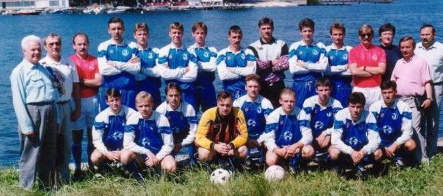 Mało wyraźne, ale jest — jedno z najbardziej znanych zdjęć drużynowych Jezioraka, wykonane w latach 90-tych na brzegu najdłuższego jeziora w Polsce