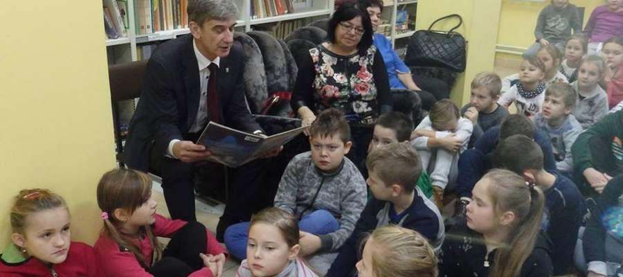 """Burmistrz Andrzej Szymański, czyta """"Opowieść o Bożym Narodzeniu"""""""
