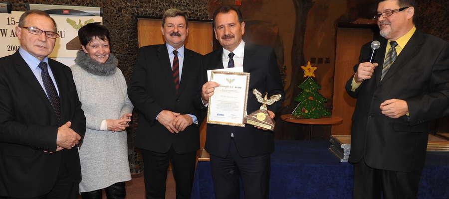 Prezes Zbigniew Ziejewski (w środku) po odebraniu nagrody z organizatorami konkursu