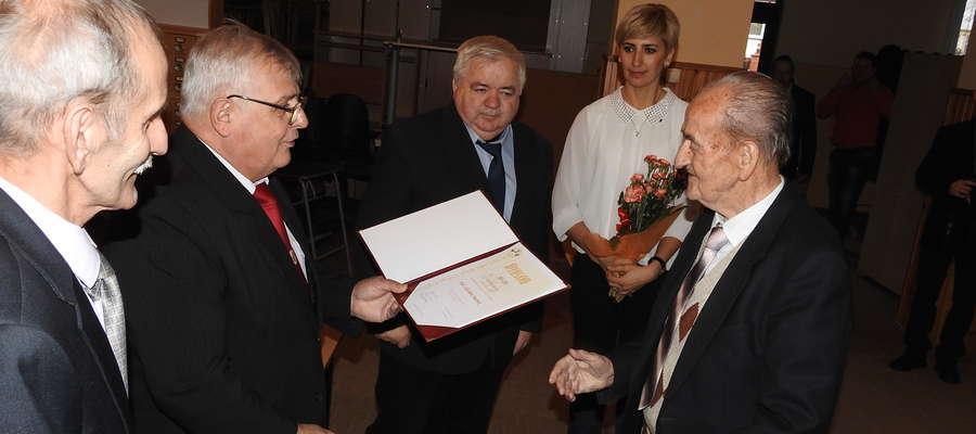 Gratulacje dla Zdzisława Mędrka, Honorowego Członka Wojewódzkiego Związku Pszczelarzy