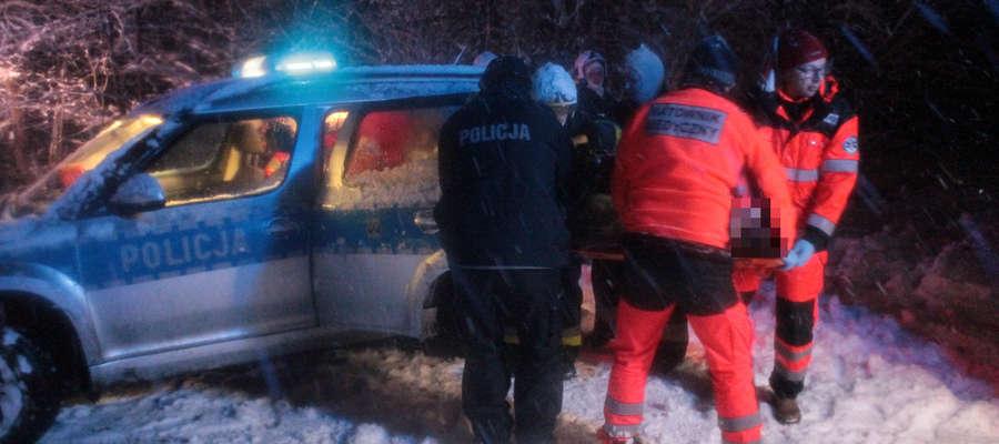 Ranną dziewczynę reanimowano w radiowozie policyjnym. Później trafiła do karetki.