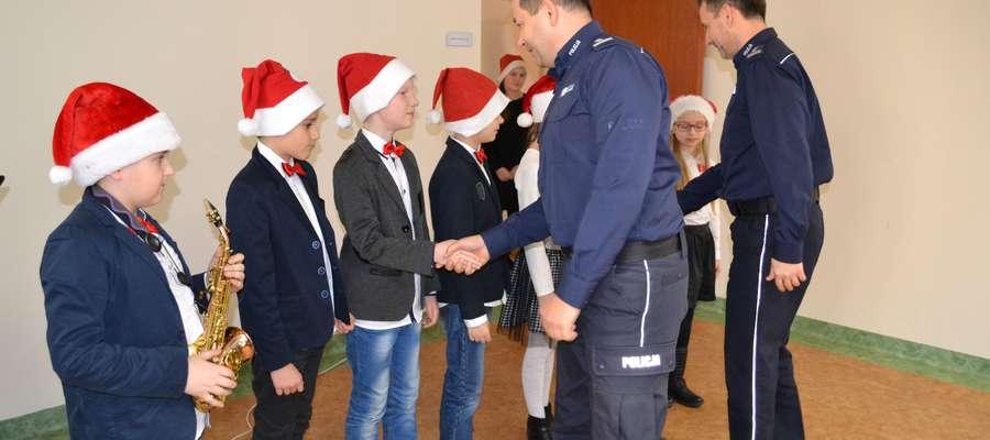 Policjanci podziękowali uczniom za koncert