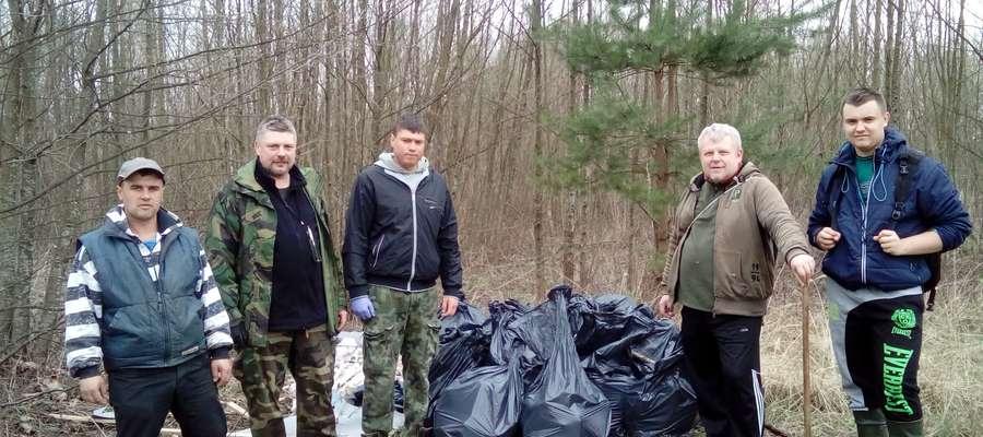 Funkcjonariusze SSR i członkowie lidzbarskich kół co roku organizują wielkie sprzątanie nad naszymi akwenami