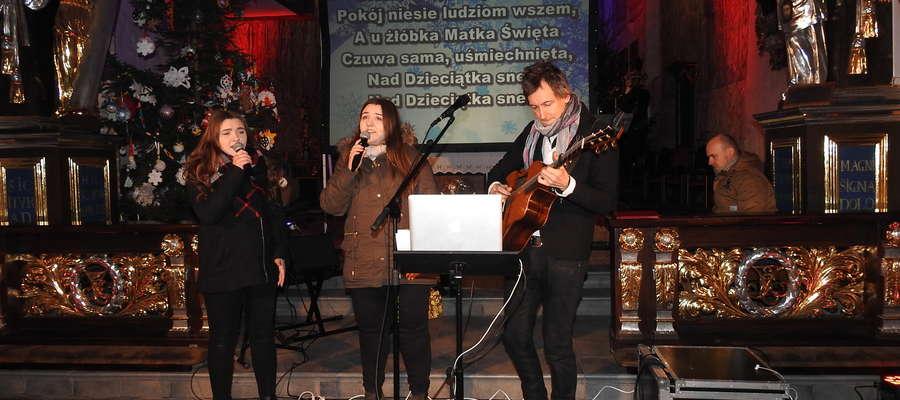 Maciej Miecznikowski zaśpiewał kolędy z Olą i Sylwią