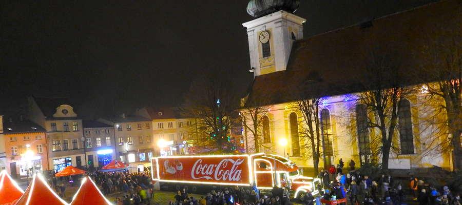 Wieczorem kultowa ciężarówka z pełną iluminacją wyglądała jeszcze atrakcyjniej