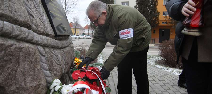Kwiaty pod pomnikiem poświęconym ks. Jerzemu Popiełuszce składa Witold Darski
