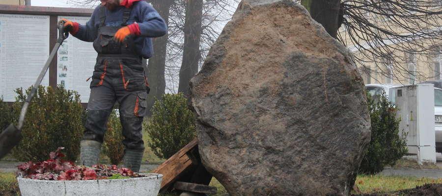 Przygotowanie miejsca do zamontowania tablicy upamiętniającej historyczne nazwy Giżycka