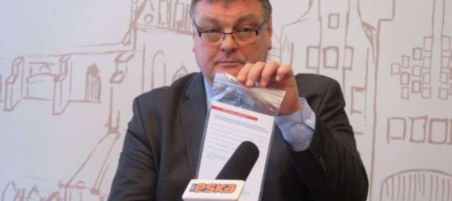 Prezydent Elbląga Witold Wróblewski z kopertą życia