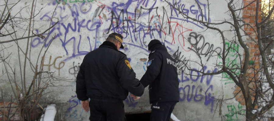 Policjanci i strażnicy miejscy sprawdzają zimą miejsca, w których mogą być bezdomni