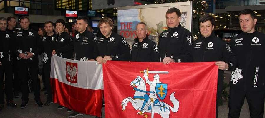 Ekipa  pojedzie pod numerem startowym 326 w specjalnie zaprojektowanych kombinezonach z litewską Pogonią i polskim Białym Orłem.