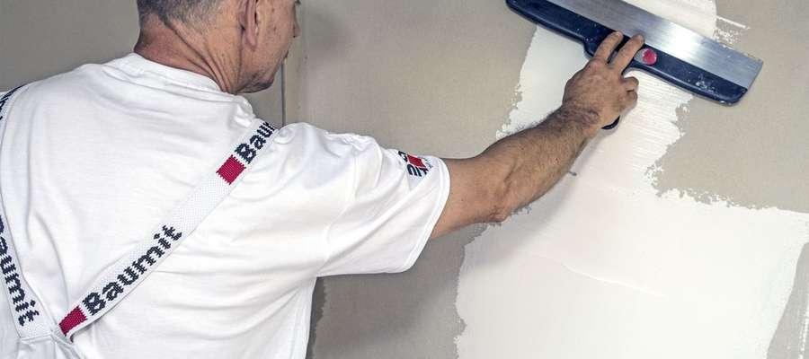 Robiąc remont zaoszczędzić czas i siły sięgając po szybkoschnący gips szpachlowy czy błyskawiczną posadzkę cementową.